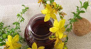 Achten Sie auf die Farbe: Qualitativ hochwertiges Johanniskrautöl sollte rot...