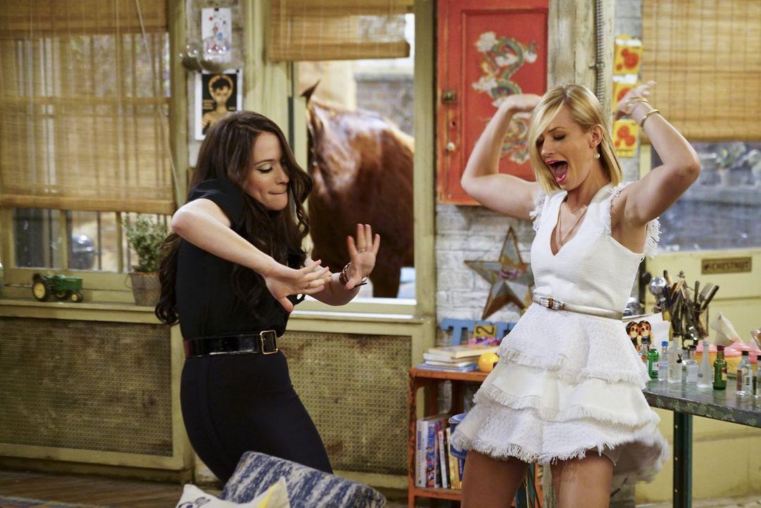 Max (Kat Dennings) und Caroline (Beth Behrs, r.) feiern ihre neue Geschäftsidee, neben ihren Cupcakes auch Cocktails anzubieten und teilen dies Caro... - Bildquelle: 2016 Warner Brothers