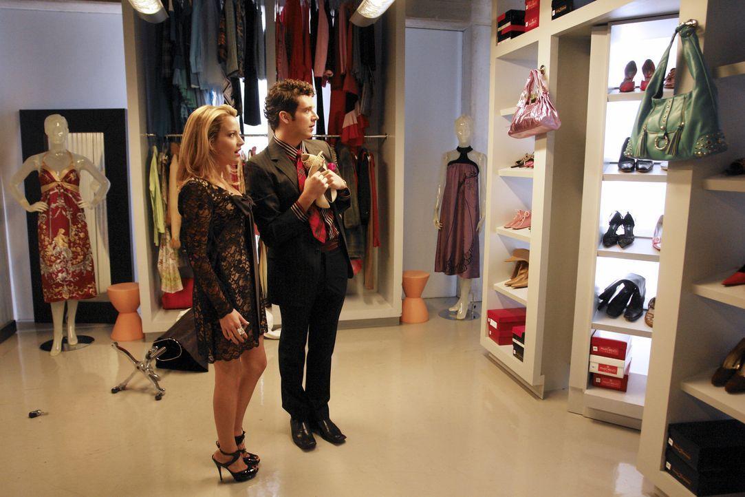 Als Marc (Michael Urie, r.) und Amanda (Becki Newton, l.) sich nachts im Fundus amüsieren, entdecken sie zufällig das Geheimzimmer - Feys Liebesverl... - Bildquelle: Buena Vista International Television
