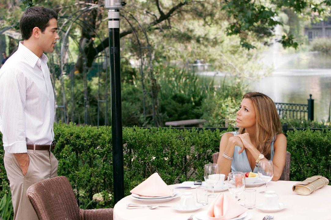 Während Bree's Flitterwochen sich dem Ende neigen, trifft Gabrielle (Eva Longoria, r.) auf John (Jesse Metcalfe, l.) und muss bemerken, dass sie in... - Bildquelle: 2005 Touchstone Television  All Rights Reserved