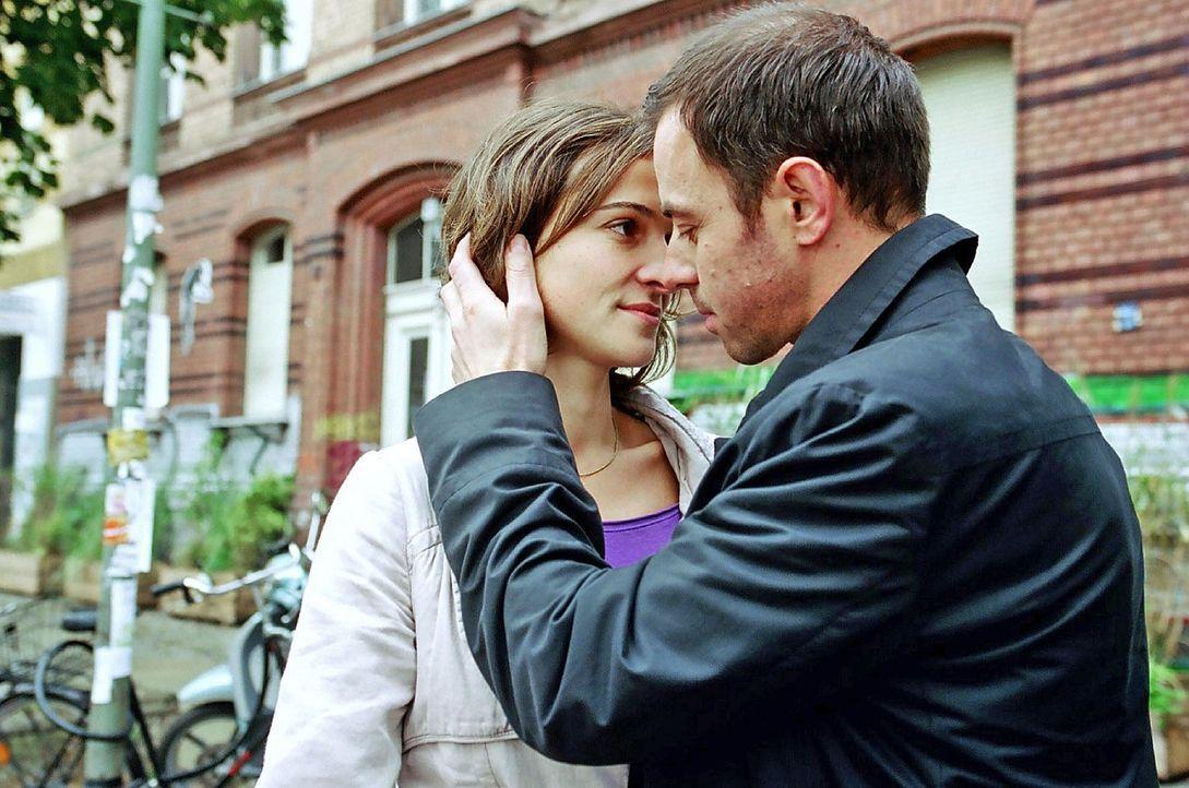 So sehr sich Britta (Henriette Heinze, l.) auch wehrt, sie hat sich in Alexander (Felix Eitner, r.) verliebt. - Bildquelle: Hardy Spitz Sat.1