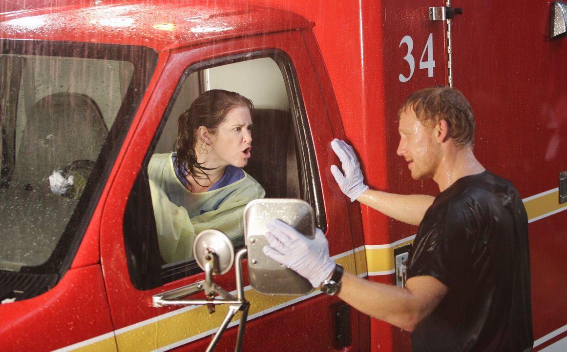 Owen (Kevin McKidd, r.) leitet das Katastrophentraining und teilt die Ärzte, die nicht gerade einen Patienten betreuen, in Zweierteams auf. Darunter... - Bildquelle: ABC Studios