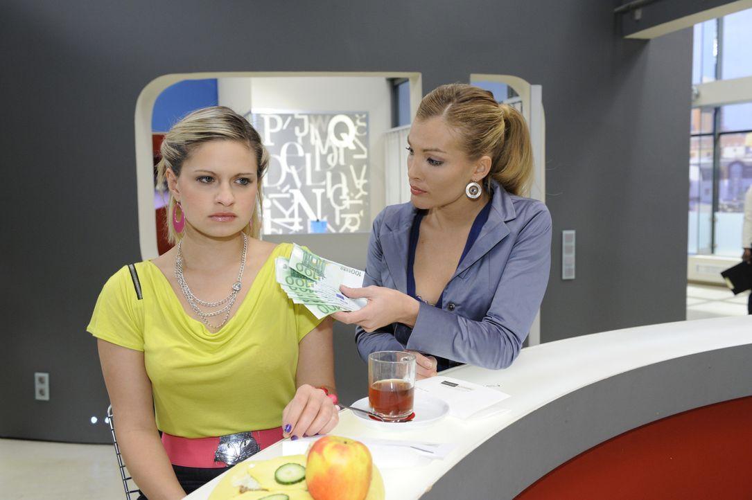 Annett (Tanja Wenzel, r.) erpresst Mia (Josephine Schmidt, l.), um sie für die Homestory zu gewinnen ... - Bildquelle: SAT.1