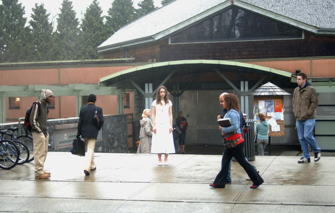 Nachdem Dean beginnt, ein seltsames Mädchen (Melanie Scrofano, M.) zu sehen, findet er heraus, dass alle Leute, die er und Sam in der Vergangenheit... - Bildquelle: Warner Bros. Television