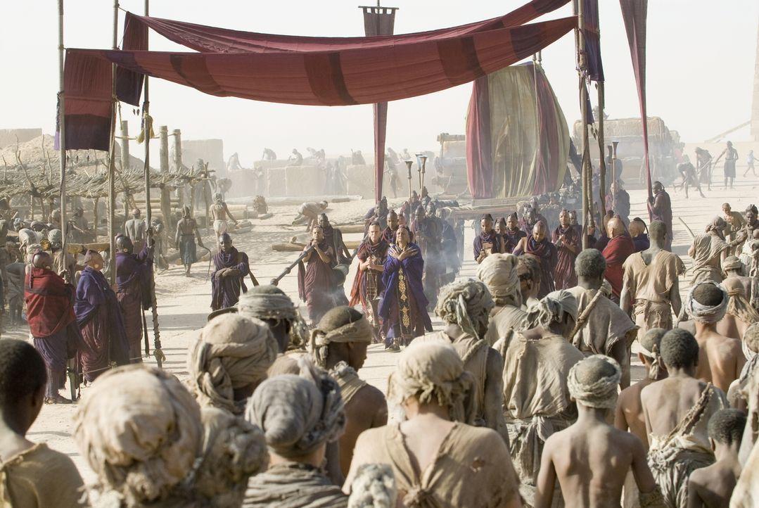 Während D'Leh auf der Jagd ist, fallen brutale Krieger in sein Dorf ein und entführen seine Angebetete. Mit einer kleinen Gruppe von Jägern nimmt er... - Bildquelle: Warner Brothers