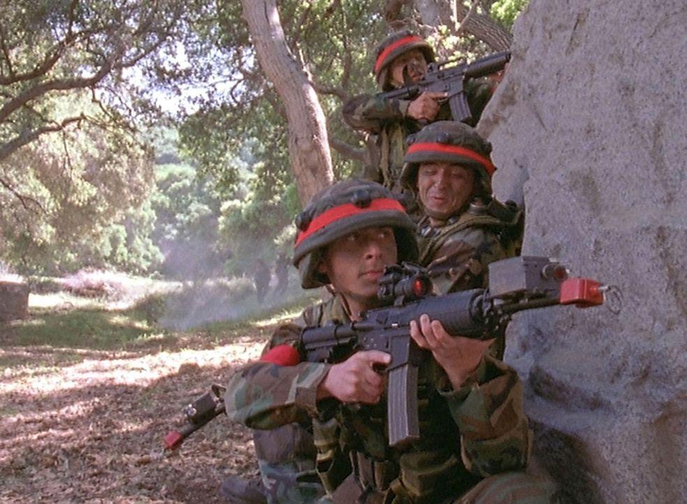 Während eines Manövers sieht es anfangs so aus, als wär Reese (Justin Berfield, unten) seiner Aufgabe als Truppenführer nicht gewachsen. Doch zu... - Bildquelle: TM +   2000 Twentieth Century Fox Film Corporation. All Rights Reserved.