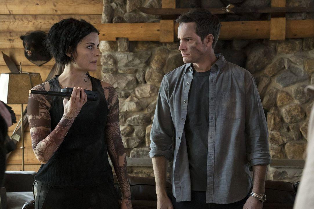 Jane (Jaimie Alexander, l.) und ihr neuer Freund Oliver (Jonathan Patrick Moore, r.) werden entführt. In dieser Extremsituation kommen einige Geheim... - Bildquelle: Warner Brothers