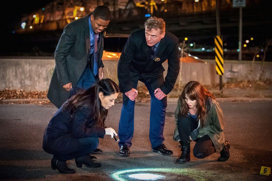 Watson (Lucy Liu, vorne l.), Detective Bell (Jon Michael Hill, l.), Captain Gregson (Aidan Quinn, M.) und Kitty (Ophelia Lovibond, r.) beschließen,... - Bildquelle: Jeff Neumann CBS Television