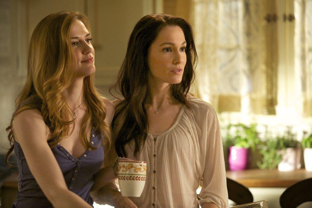 Elena erinnert sich an die Zeit als ihre Mutter Miranda Gilbert (Erin Beute, r.) und ihre Tante Jenna (Sara Canning, l.) noch am Leben waren ... - Bildquelle: Warner Brothers