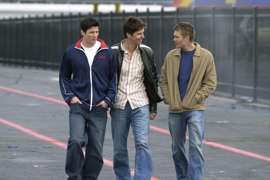 Männer unter sich: Coop (Michael Trucco, M.) zeigt Nathan (James Lafferty, l.) und Lucas (Chad Michael Murray, r.) eine Rennbahn ... - Bildquelle: Warner Bros. Pictures