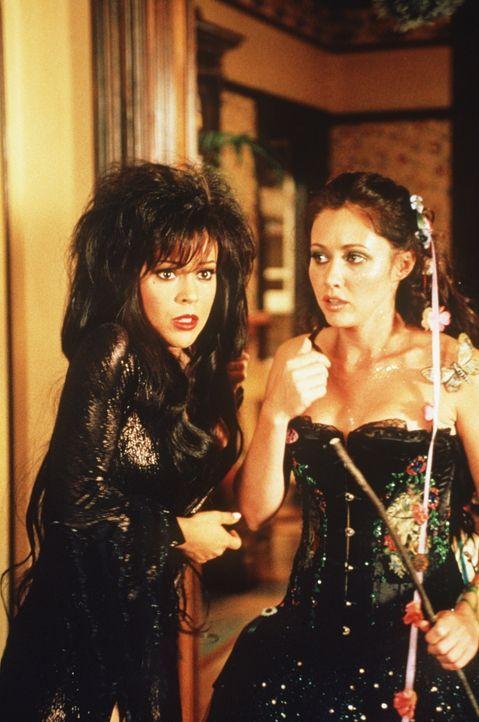 Phoebe (Alyssa Milano, l.), Piper und Prue (Shannen Doherty, r.) werden von den Grimlocks Kava und Janor überfallen. Gleichzeitig öffnet sich vor ih... - Bildquelle: Paramount Pictures