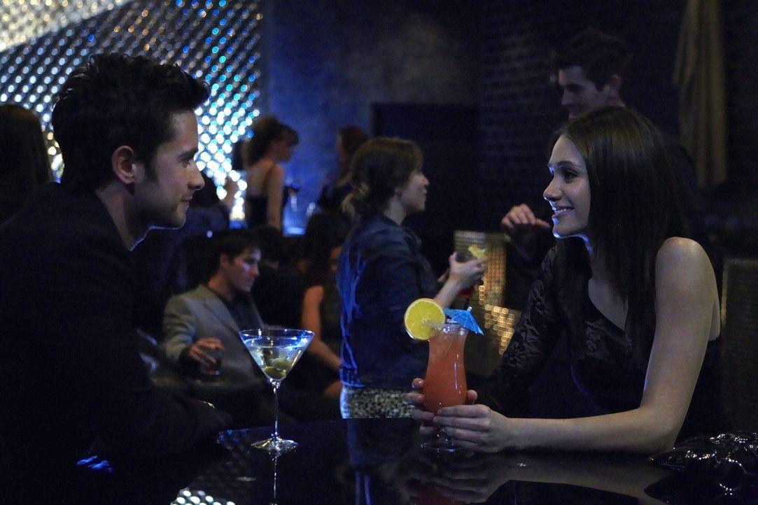 Obwohl ihr zu anfangs noch verdächtig ist, dass Steve (Justin Chatwin, l.) sie so spät angerufen hat, freut sich Fiona (Emmy Rossum, r.) ... - Bildquelle: 2010 Warner Brothers