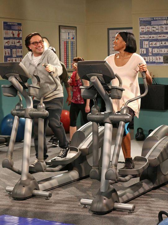 Für eine Festanstellung an der Universität schleimt sich Leonard (Johnny Galecki, l.) bei Janine Davis (Regina King, r.), einem Mitglied des Entsche... - Bildquelle: Warner Bros. Television