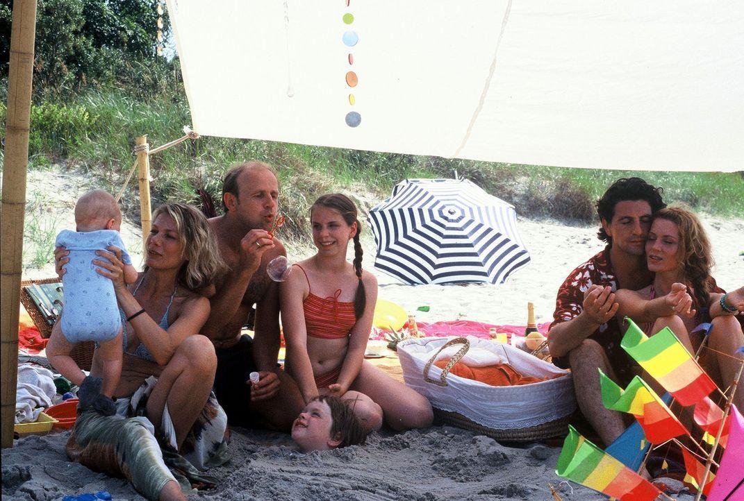 Ende gut, alles gut: V.l.n.r.: Baby, Simone (Ursula Karven), Stefan (Oliver Stokowski), Nelly (Caroline Erikson), Frank (Gregor Törzs) und Heidi (Es... - Bildquelle: Krumwiede Sat.1