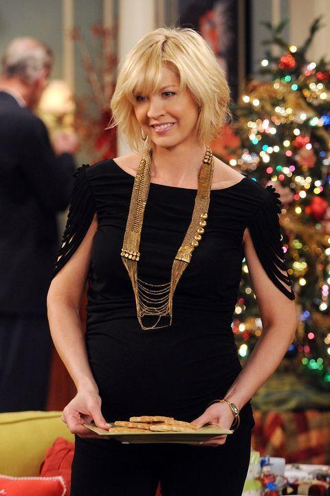 Am Weihnachtsabend versucht Billie (Jenna Elfman) krampfhaft ihren Eltern zu verheimlichen, dass Zack in ihrem zukünftigen Kinderzimmer wohnt. - Bildquelle: 2009 CBS Broadcasting Inc. All Rights Reserved