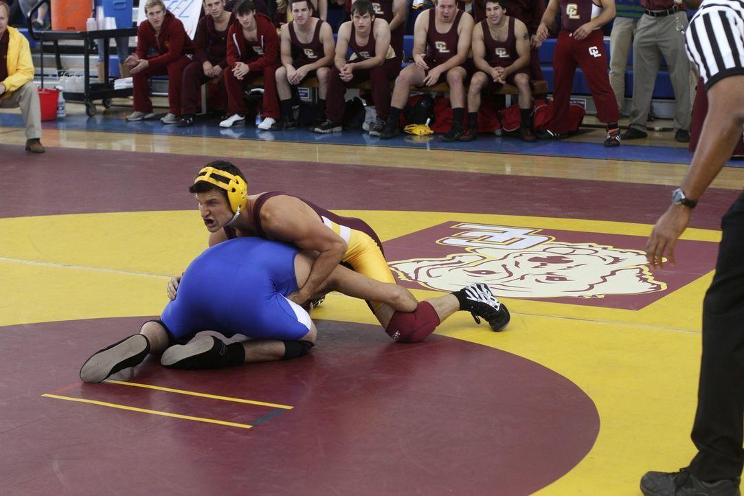 Ryan (Parker Young, oben), der Champion im Ringen, verletzt sich erstmals in einem Kampf und erfährt, was es heißt, als Loser nicht mehr Liebling... - Bildquelle: Warner Brothers