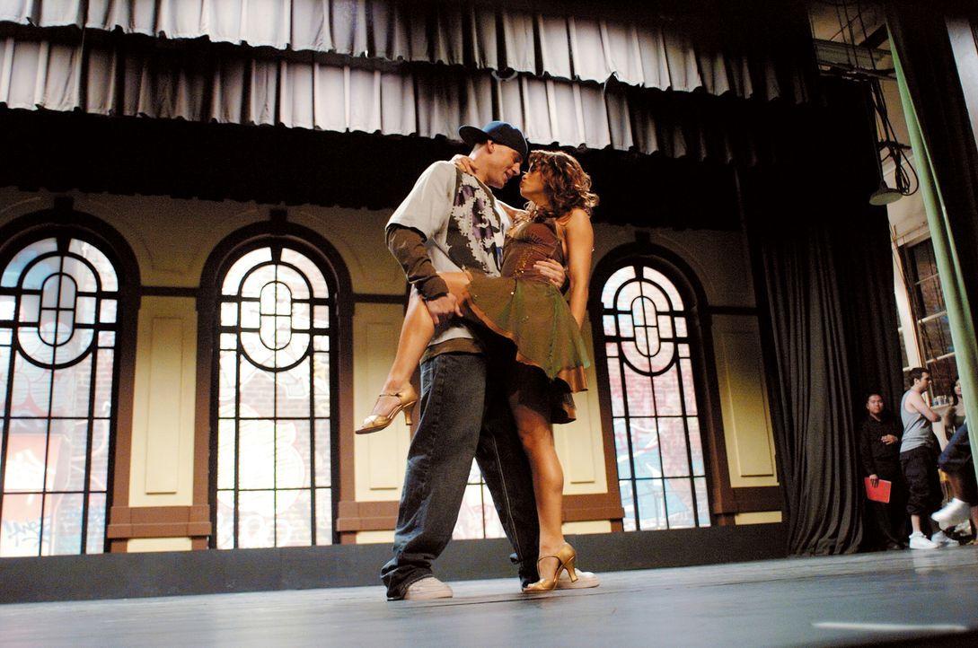 Über das Tanzen kommen sich Tyler (Channing Tatum, l.) und Nora (Jenna Dewan, r.) langsam näher. Und Tyler weiß nun endlich, was er wirklich will: E... - Bildquelle: Constantin Film