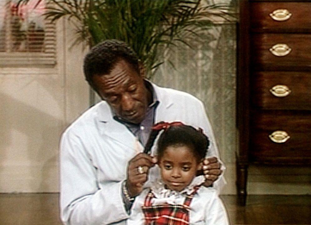 Cliff (Bill Cosby, l.) muss seine kleine Rudy (Keshia Knight Pulliam, r.) nach einer Hänselei an ihrem ersten Schultag wieder aufmuntern. - Bildquelle: Viacom