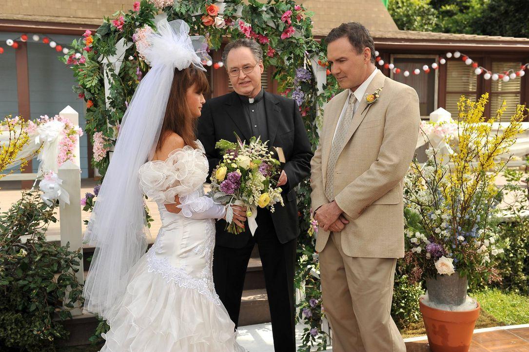 Die Hecks wollen, dass die Trauung von Mikes Bruder Rusty (Norm MacDonald, r.) und Marlene (Mary Birdsong, l.), die Reverend Hayver (Dierk Torsek, M... - Bildquelle: Warner Brothers