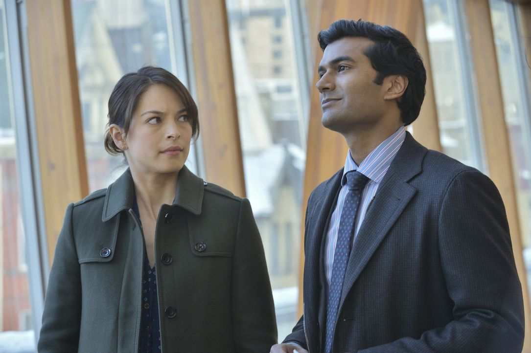 Catherine (Kristin Kreuk, l.) hat sich in Vincent verliebt und macht mit Gabe (Sendhil Ramamurthy, r.) Schluss. Doch wird Gabe das einfach so hinneh... - Bildquelle: 2013 The CW Network, LLC. All rights reserved.