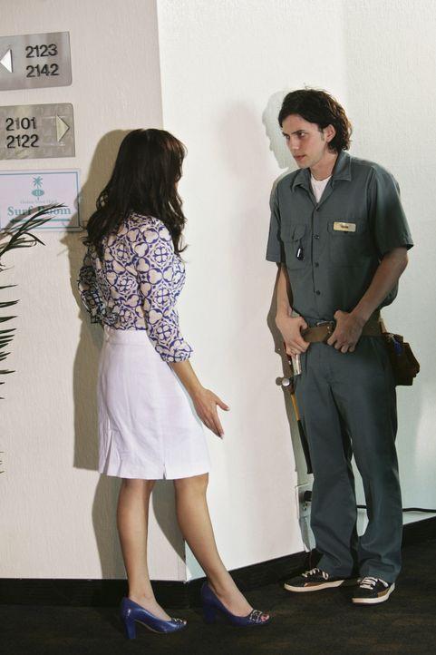 Haben der Hotelangestellten Adam (Jackson Rathbone, r.) und Hotelmanagerin Julie (Susan Ward, l.) wirklich etwas mit den Morden im Hotel zu tun? Das... - Bildquelle: Touchstone Television