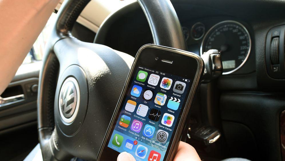 smartphone-auto-steuer-dpa - Bildquelle: dpa