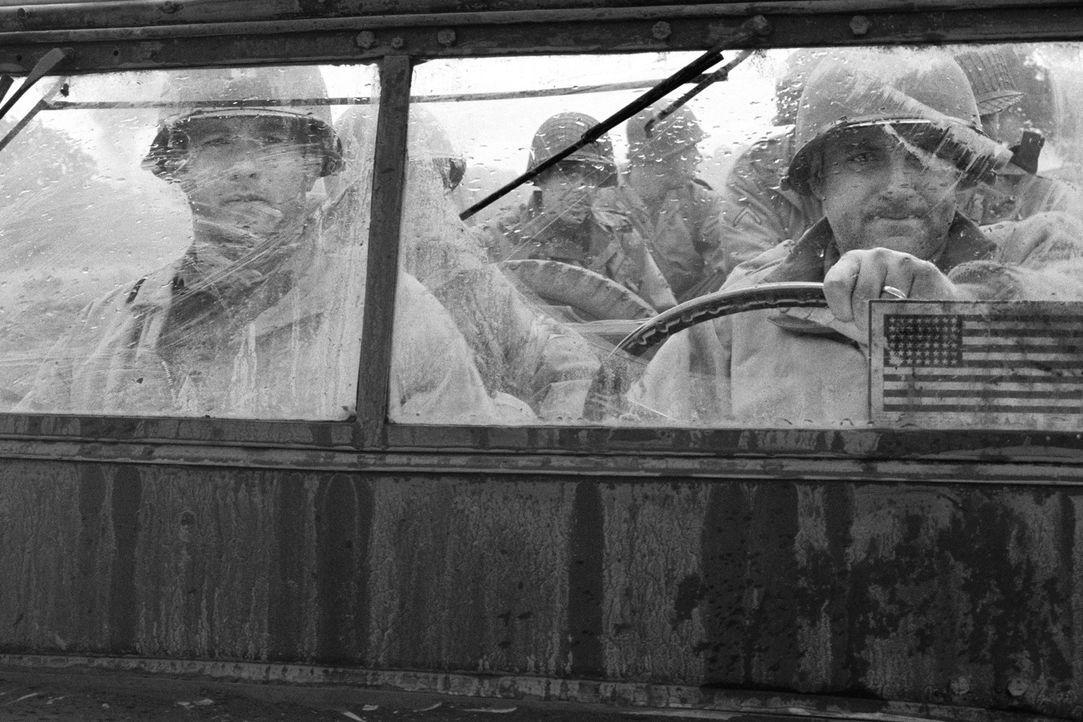 Die Suche nach dem vermissten Soldaten James Ryan gestaltet sich für Captain Miller (Tom Hanks, l.) und seinen Kameraden Sergeant Horvath (Tom Sizem... - Bildquelle: United International Pictures