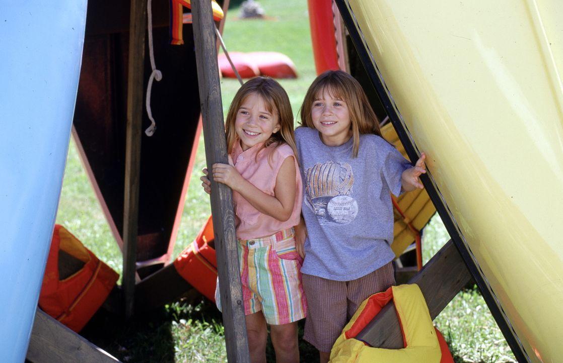 Waisenkind Amanda (Mary-Kate Olsen, r.) und Alyssa (Ashley Olsen, l.), Tochter eines Multimillionärs, verbringen die Ferien im gleichen Sommercamp.... - Bildquelle: Warner Bros.