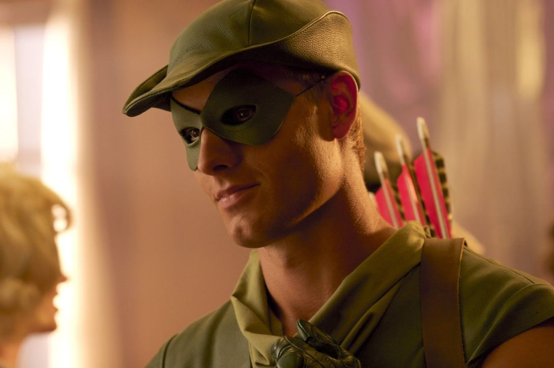 Zu Lois' großer Überraschung wird sie von Oliver Queen (Justin Hartley) zum Kostümball eingeladen. Welche Pläne verfolgt der Milliardär? - Bildquelle: Warner Bros.