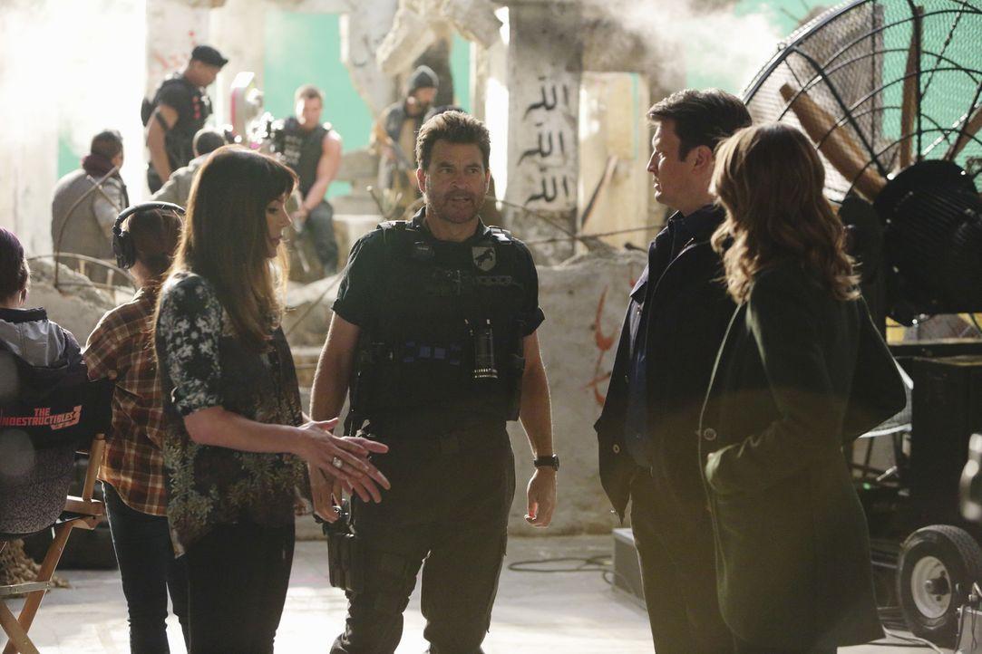 Castle (Nathan Fillion, 2.v.r.) und Beckett (Stana Katic, r.) ermitteln im Mord von Lance Delorca. Doch können Naomi Duvray (Krista Allen, l.) und B... - Bildquelle: ABC Studios