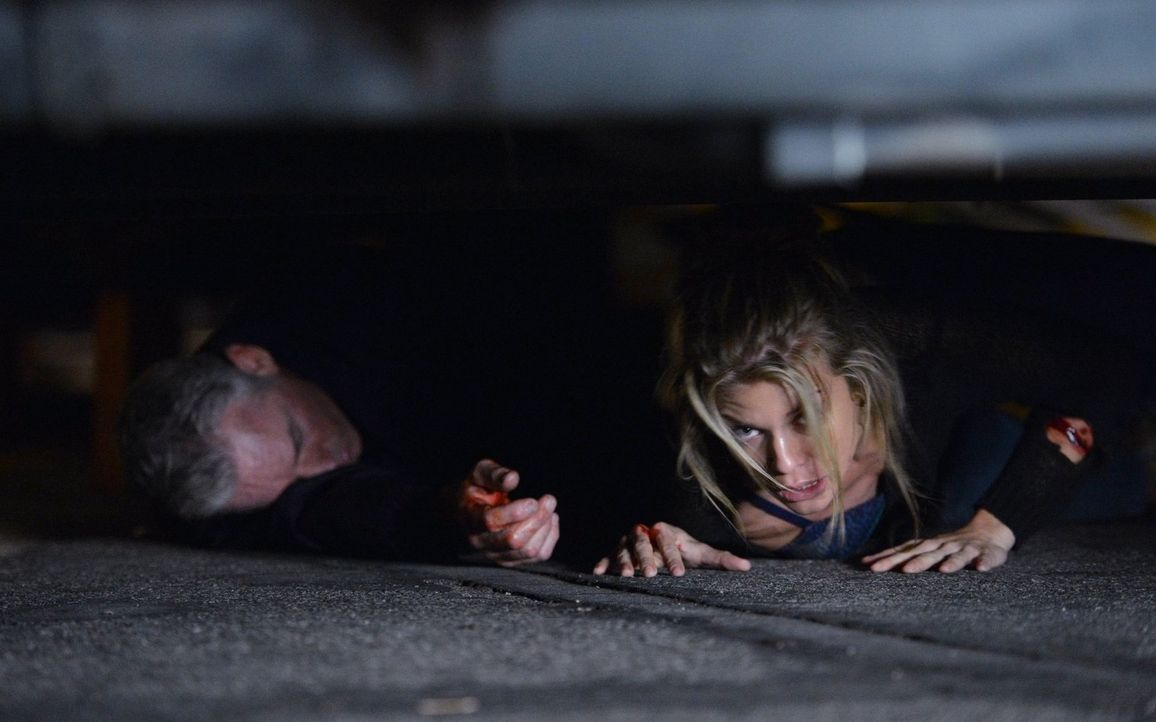 Nina Preston (AnnaLynne McCord, r.) ist in großer Gefahr - wird es das TAU-Team schaffen, um sie rechtzeitig zu retten? - Bildquelle: Warner Bros. Entertainment, Inc.
