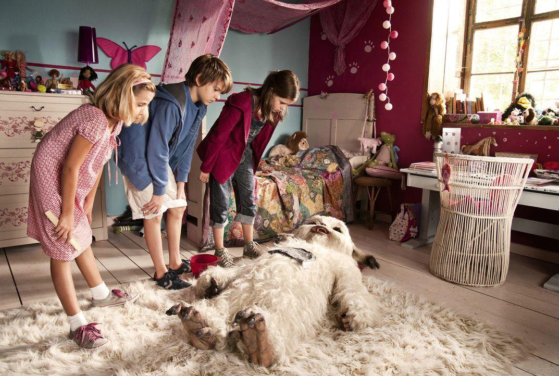 Gemeinsam versuchen Pia (Jamie Bick, r.), Lukas (Friedrich Heine, M.) und Marcella (Lilly Reulein, l.) und den kleinen Yeti Yoko vor einem zwielicht... - Bildquelle: Sony Pictures