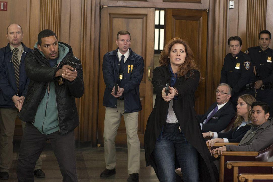 Nach und nach merken Laura (Debra Messing, vorne r.) und Billy (Laz Alonso, vorne l.), wer hinter der Tat mit einer High-Tech-Waffe steckt und versu... - Bildquelle: Warner Bros. Entertainment, Inc.