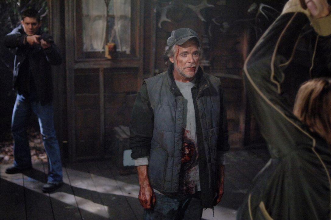 Sam und Dean Winchester (Jensen Ackles, l.) heften sich dem mysteriösen Farmer (Winston Rekert, r.) an die Fersen. Doch können sie herausfinden, was... - Bildquelle: Warner Bros. Television