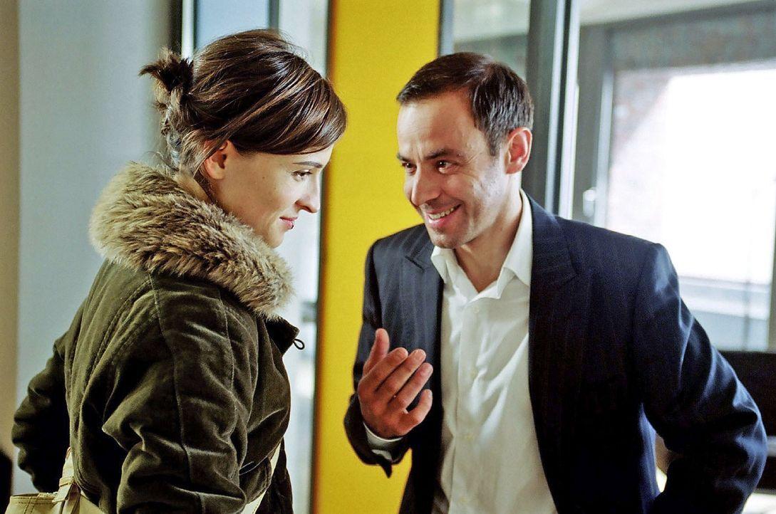 Bunz hat Britta (Henriette Heinze, l.) bei der Konkurrenz ein Bewerbungsgespräch vermittelt. Sie stellt sich bei Alexander Raubold (Felix Eitner, r.... - Bildquelle: Hardy Spitz Sat.1