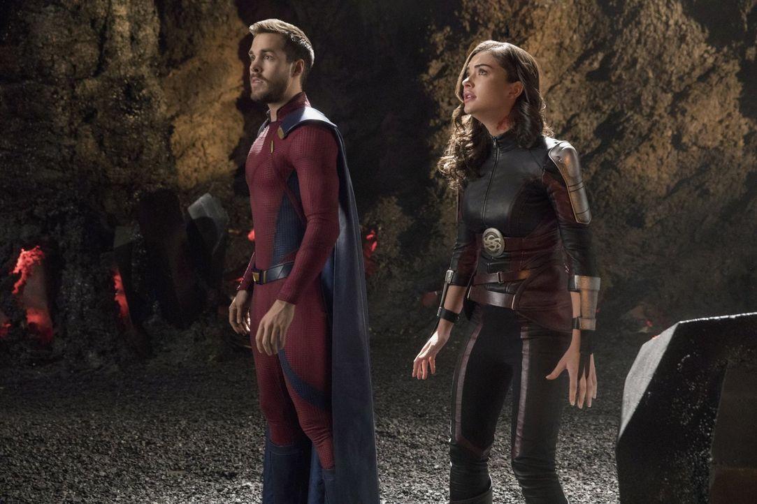 Bereiten sich auf die Schlacht gegen die Worldkiller vor: Mon-El (Chris Wood, l.) und Imra (Amy Jackson, r.) ... - Bildquelle: 2017 Warner Bros.