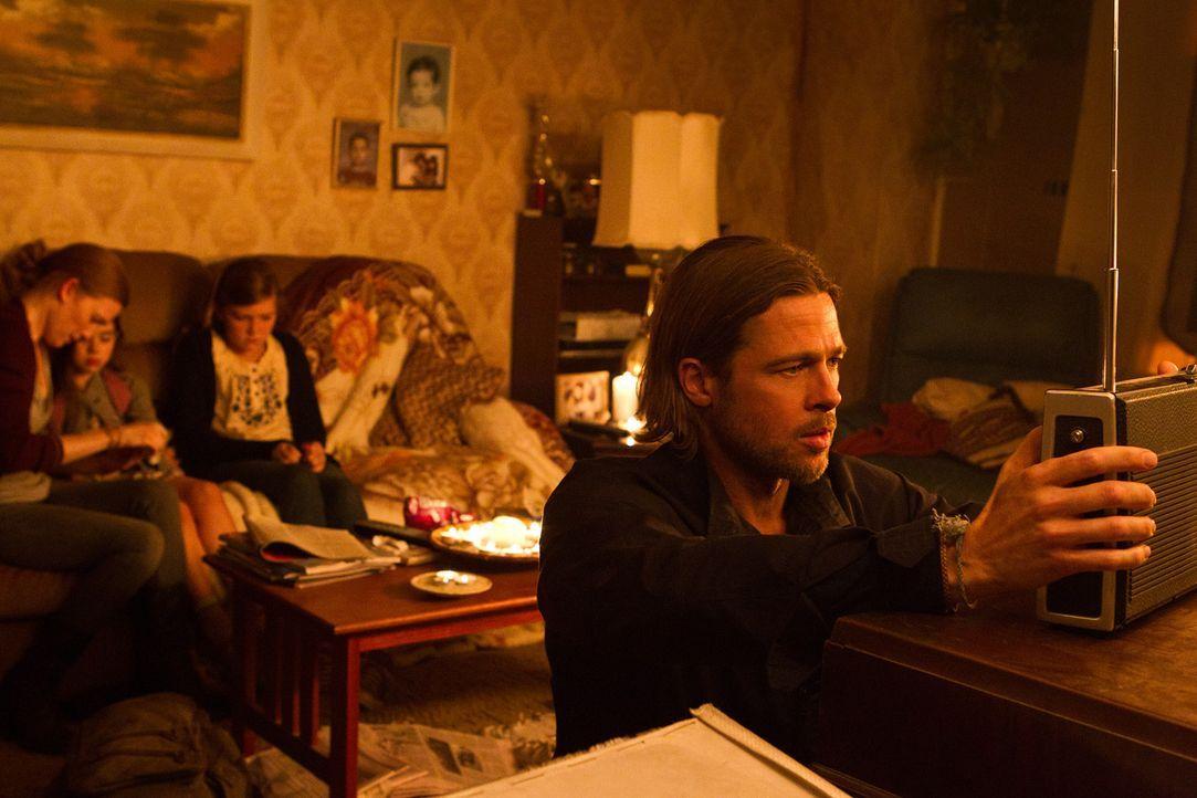 Bald müssen sie das Versteck im Hochhaus verlassen, die Zombies kommen: Gerry (Brad Pitt, vorne), Karin (Mireille Enos, l.), Constance (Sterling Jer... - Bildquelle: 2013 Paramount Pictures.  All Rights Reserved.