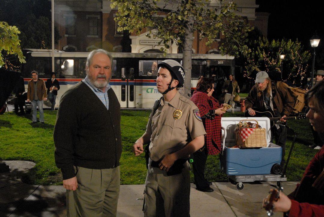 Der Stadt-Troubadour verlässt Stars Hollow, um mit Neil Young auf Tournee zu gehen und löst damit im Ort einen Massenauflauf hoffnungsvoller Nachfol... - Bildquelle: Warner Brother International Television