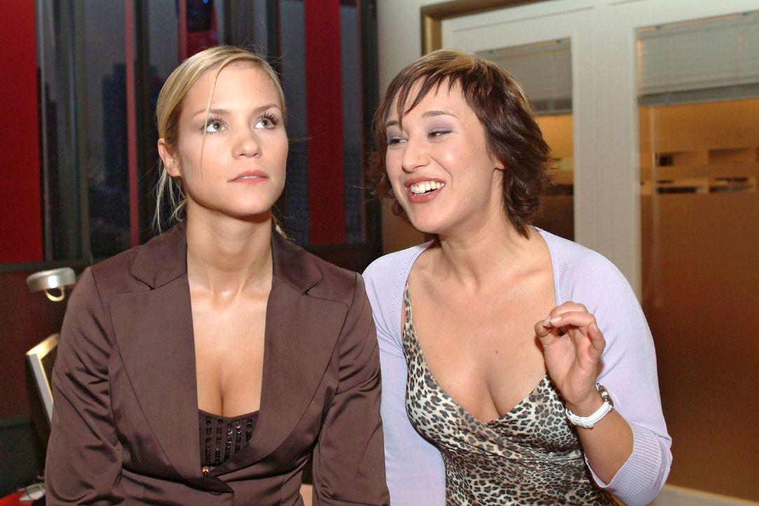 Sabrina (Nina-Friederike Gnädig, l.) lässt sich auf ein Gespräch mit Yvonne (Bärbel Schleker, r.) ein, um nebenbei das Telefonat von Lisa zu belausc... - Bildquelle: Monika Schürle Sat.1
