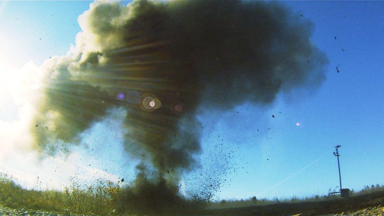 Bombenstimmung: Sean Dockrill gelingt es mit seinem Team, den Auftrag in dem ehemaligen Munitionsdepot in McGivney zu beenden ... - Bildquelle: 2012 PIXCOM PRODUCTIONS INC.