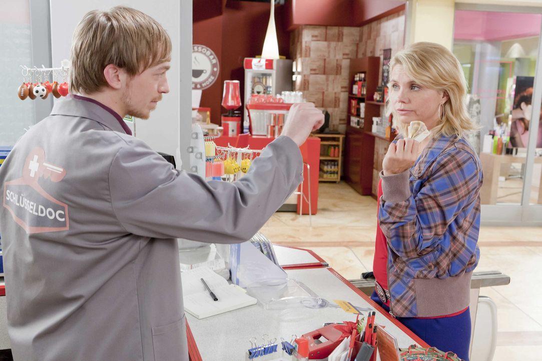 Der neue Schlüsseldoc Hannes (Tino Mewes, l.) macht es Danni (Annette Frier, r.) anfangs nicht leicht. Doch nach und nach, werden sie sich über di... - Bildquelle: SAT.1