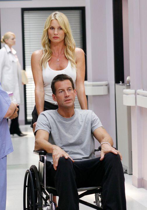 Mike (James Denton, vorne) versteht sich prächtig mit Edie (Nicolette Sheridan, hinten), was Susan überhaupt nicht gefällt. Sie will sich wehren… - Bildquelle: 2005 Touchstone Television  All Rights Reserved