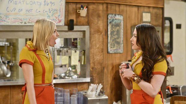 Caroline (Beth Behrs, l.) kann nicht glauben, dass Max (Kat Dennings, r.) imm...