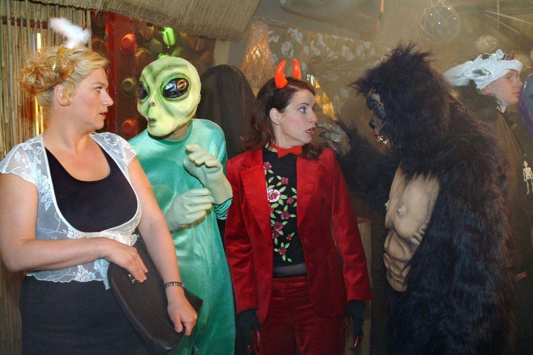 """Bei der """"Horrornacht"""" werden Agnes (Susanne Szell, l.) und Inka (Stefanie Höner, 2.v.r.) von einem Außerirdischen (Matthias Rott, l.) und King Kon... - Bildquelle: Monika Schürle Sat.1"""