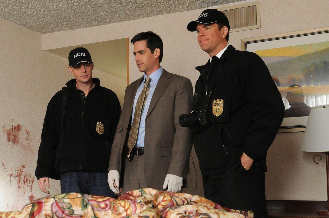 Justin Moss, Lieutenant der Navy, wird ermordet aufgefunden. McGee (Sean Murray, l.) und DiNozzo (Michael Weatherly, r.) und Detective Philip McCadd... - Bildquelle: CBS Television