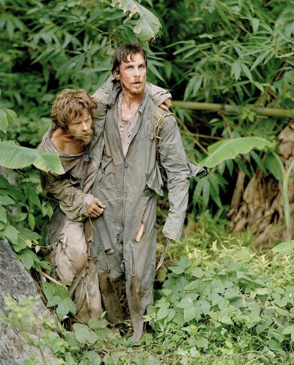 Schnell müssen Duane (Steve Zahn, l.) und Dieter Dengler (Christian Bale, r.) feststellen, dass der Dschungel die pure Hölle ist ... - Bildquelle: Lena Herzog 2006 Top Gun Productions, LLC. All Rights Reserved.