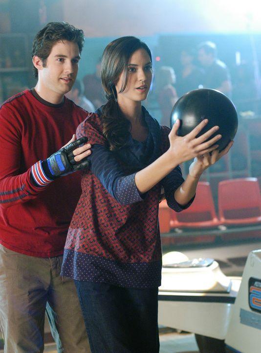 Ronny (Jonathan Murphy, l.) geht auf Tuchfühlung. Wird Aubrey (Odette Yustman, r.) seine Gefühle bemerken? - Bildquelle: ABC Studios