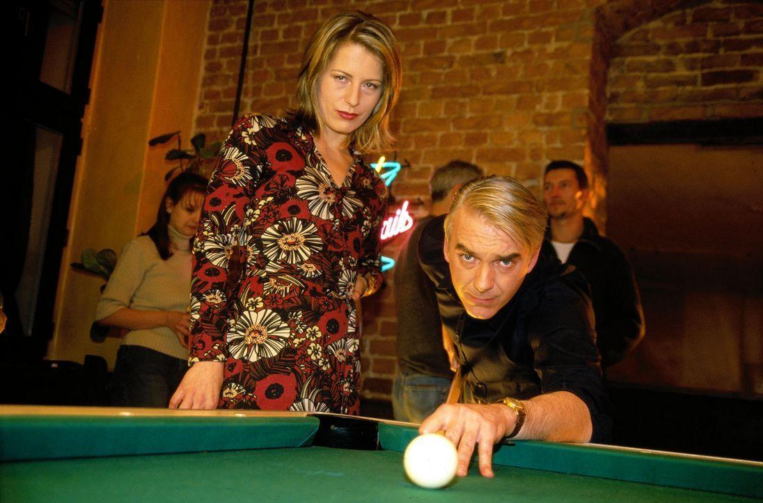 Patricia (Barbara Demmer, l.) ist fest entschlossen, sich Felix (Christoph M. Ohrt, r.) zu angeln, ob der will oder nicht ... - Bildquelle: Hardy Spitz Sat.1