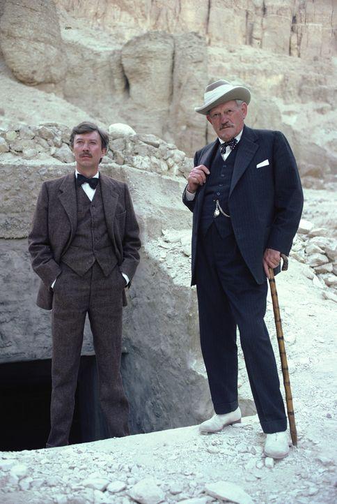 Carter (Robin Ellis, l.) und Lord Carnarvon (Harry Andrews, r.) suchen verbissen nach der - Bildquelle: Columbia Pictures