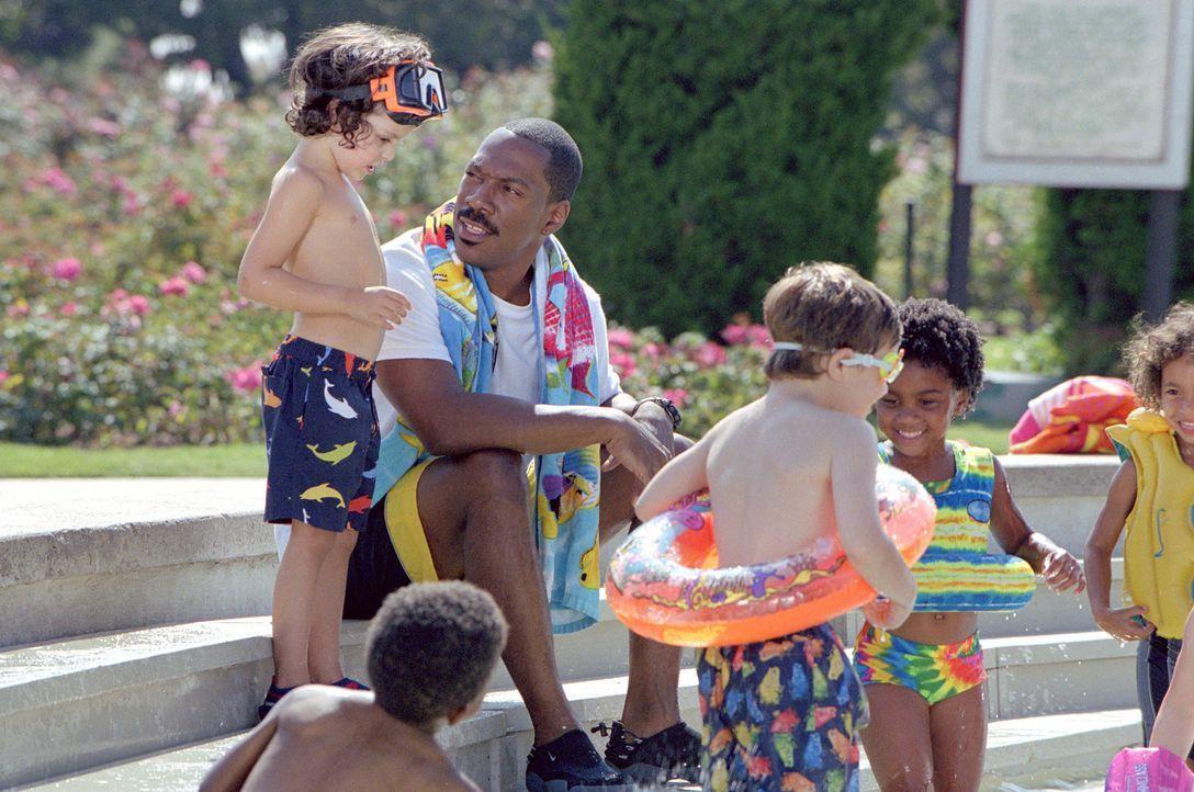 Als Charlie (Eddie Murphy, 2.v.l.) seinen Job verliert, eröffnet er mit zwei Freunden eine Kindertagesstätte ... - Bildquelle: 2004 Sony Pictures Television International. All Rights Reserved.